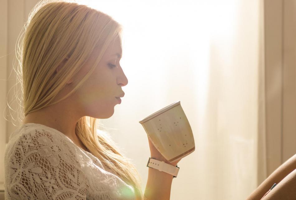 女人坚持每天喝这些茶有助排毒