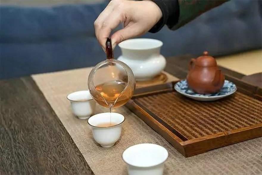 喝茶敲桌子,是无礼还是有礼?