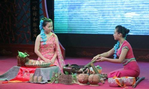 云南傣族的竹筒茶饮茶方法