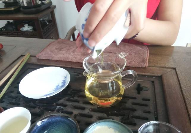 人参菊花茶的功效主要有提神醒脑、美容减脂、